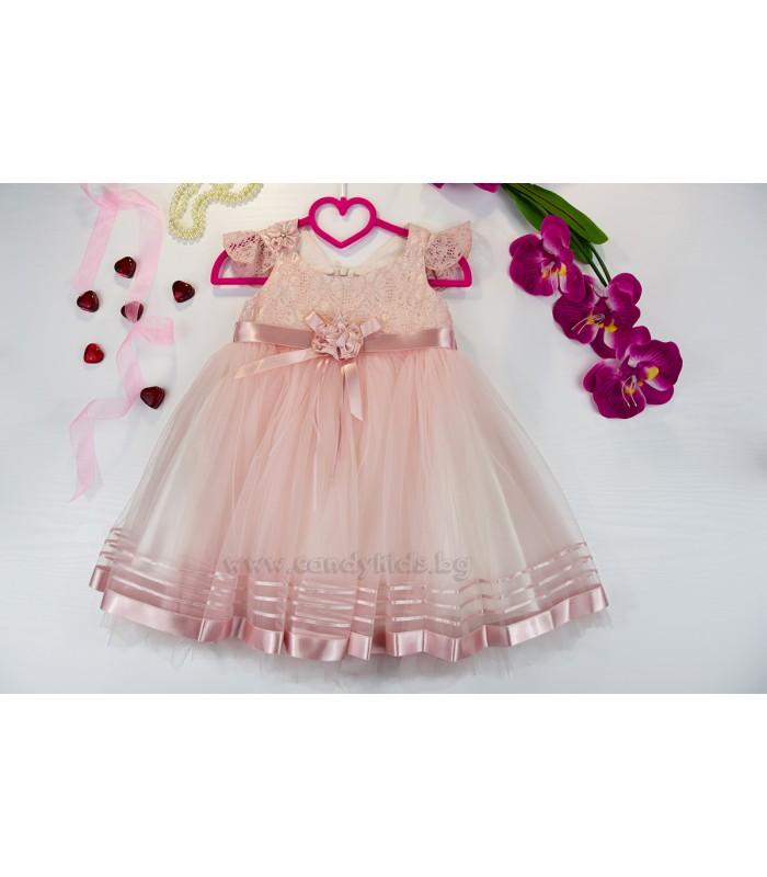 Красива рокля в нежно розово